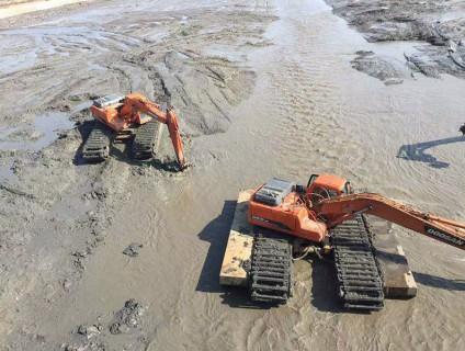 水陆两栖挖掘机工作中